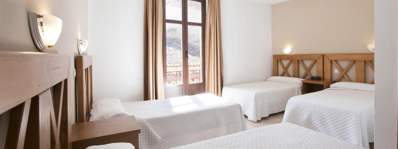 Cuadruple hostal atenas hotel en granada centro de for Alojamiento barato en sevilla centro